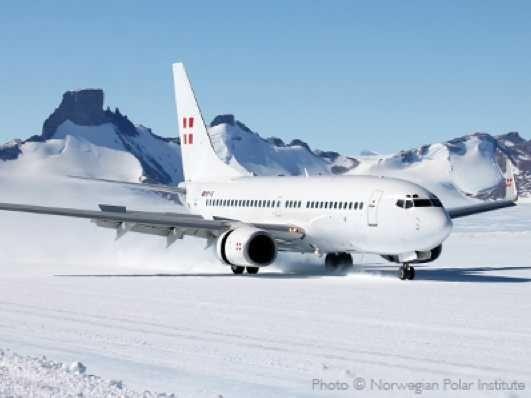 boeing-737-antarctica-landing-2