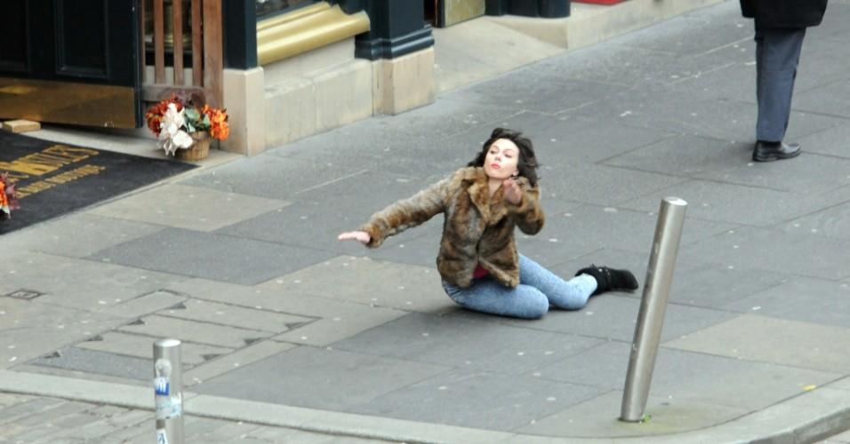 scarlett-johansson-grava-o-filme-under-the-skin-em-glasgow-na-escocia-a-atriz-usa-um-casaco-de-pele-e-uma-peruca-morena-para-filmar-cenas-em-que-tropeca-na-rua-231012-1351165659000_956x500