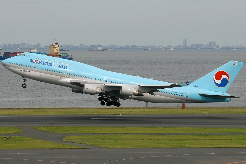 Korean_Air_Boeing_747-400_KvW
