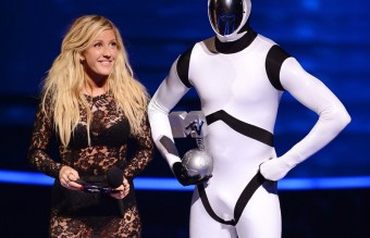 ellie-goulding-presents-the-best-alternative-award-at-the-mtv-emas-2013-1384119528-view-0