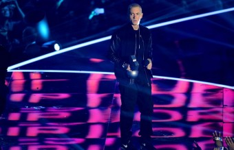 eminem-accepts-the-best-hip-hop-award-at-the-mtv-emas-2013-1384118976-view-0