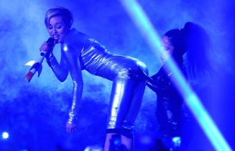 miley-cyrus-performs-live-on-stage-at-the-mtv-emas-2013--1384117183-view-0