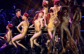 robin-thicke-performs-live-on-stage-at-the-mtv-emas-2013-1384118807-view-0