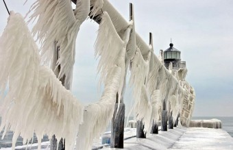 frozen-lighthouse-st-joseph-north-pier-lake-michigan-10