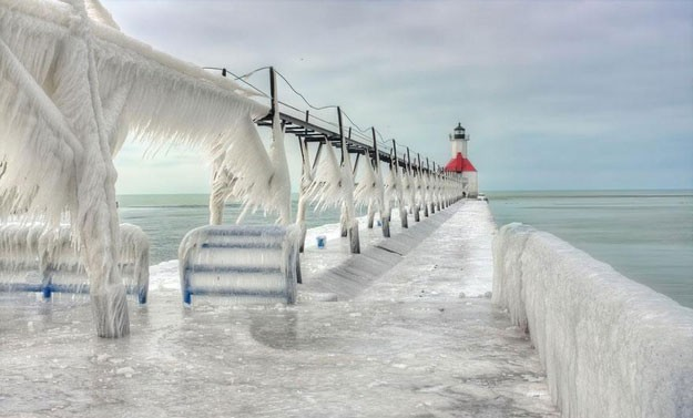 frozen-lighthouse-st-joseph-north-pier-lake-michigan-7
