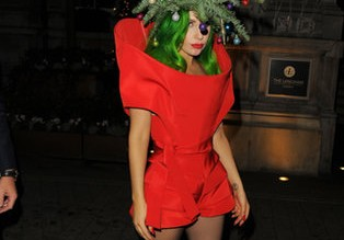 Lady-Gaga-definitely-Christmas-mood-dressing-up-Christmas-tree-when-she-arrived-back-her-hotel-London