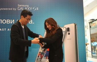 Alexandra Jekova poluchava ot Chris Chung Galaxy S5 i Gear Fit