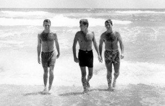 john-kennedy-photos-brothers-at-the-beach