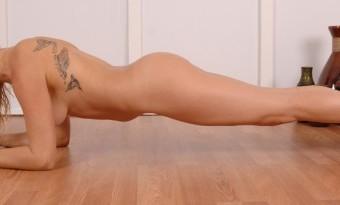 nudist-yoga-lauren-600x205