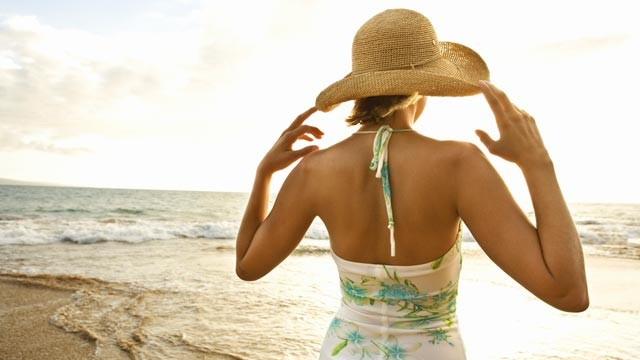 Summer-Travel-Tips-Hat-on-the-beach