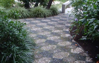 garden-pebble-stone-paths-10