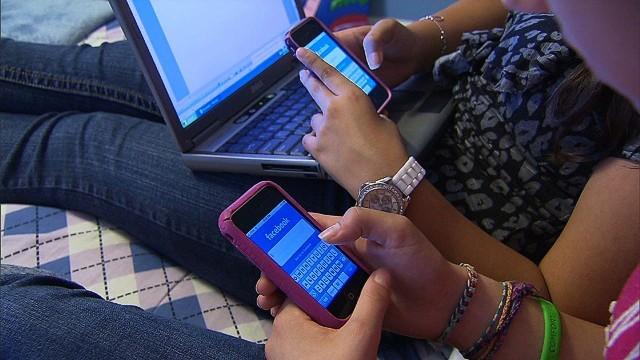 131031181131-facebook-teens-kids-mobile-story-top