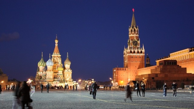 russia_moscow_kremlin_red_square_people_movement_evening_47943_640x360