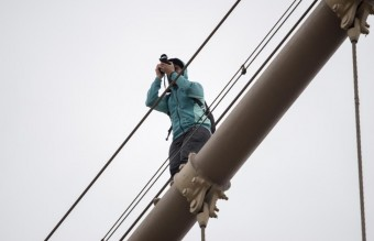 man-spotted-cables-brooklyn-bridge (1)