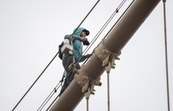 man-spotted-cables-brooklyn-bridge (2)