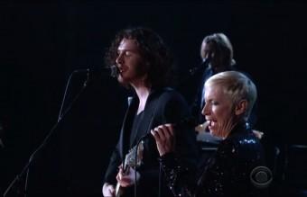 Hozier и Ани Ленъкс, които изпяха Take me to Church и Put a spell on you