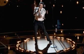 """Изпълнението на Адам Лавин на парчето """"Lost Stars"""" от """"Begin again"""". Макар песента да не спечели, това беше любимата ни номинация за вечерта."""
