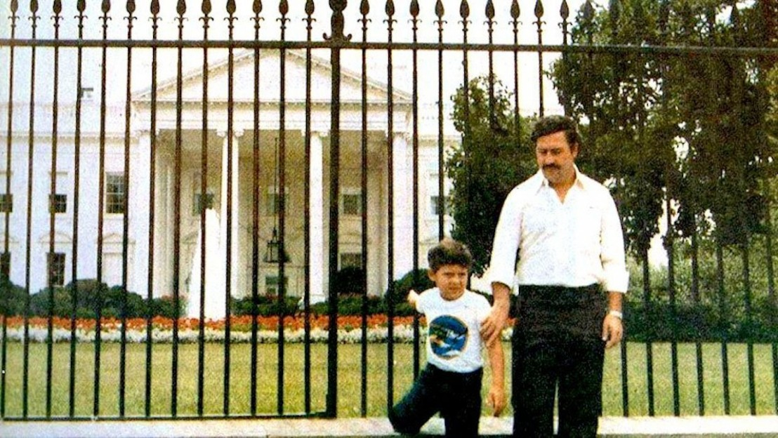 pablo-escobar-in-front-of-the-white-house-with-his-son