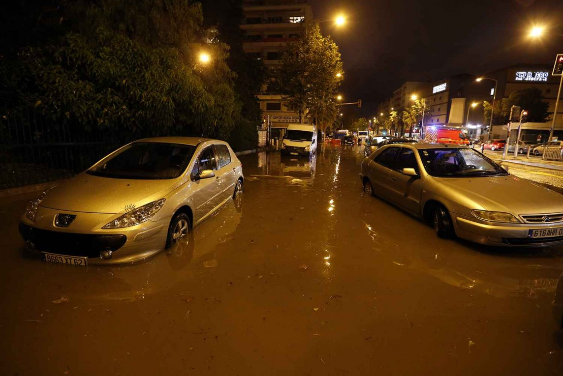2048x1536-fit_voitures-rue-inondee-nice-3-octobre-2015
