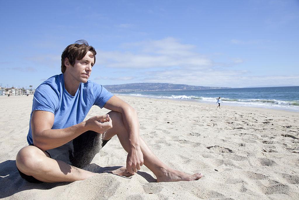 море, мъж на плажа