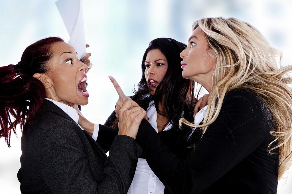 жени в офис