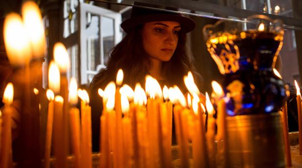 жена, църква, свещи