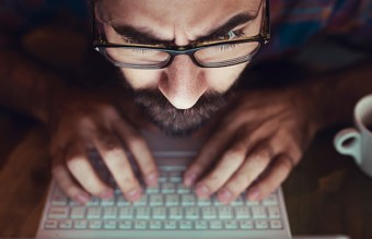 компютър, човек с компютър, хакер, хакери