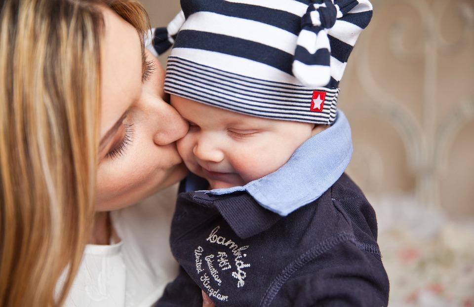 бебе, майка и бебе