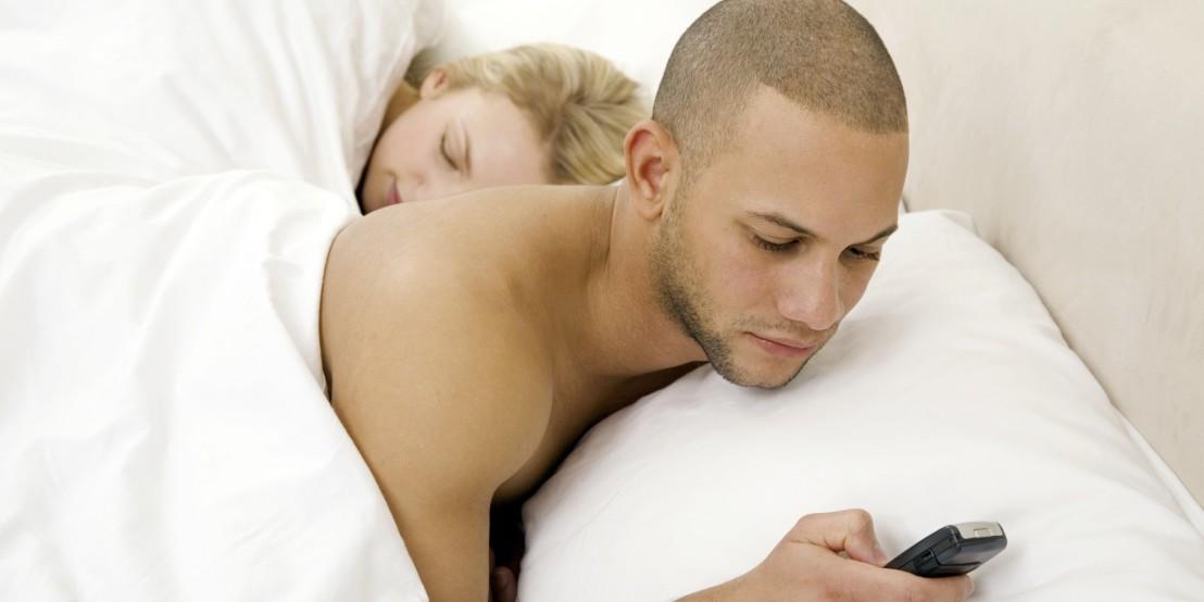 мъж с телефон изневерява, двойка, изневяра