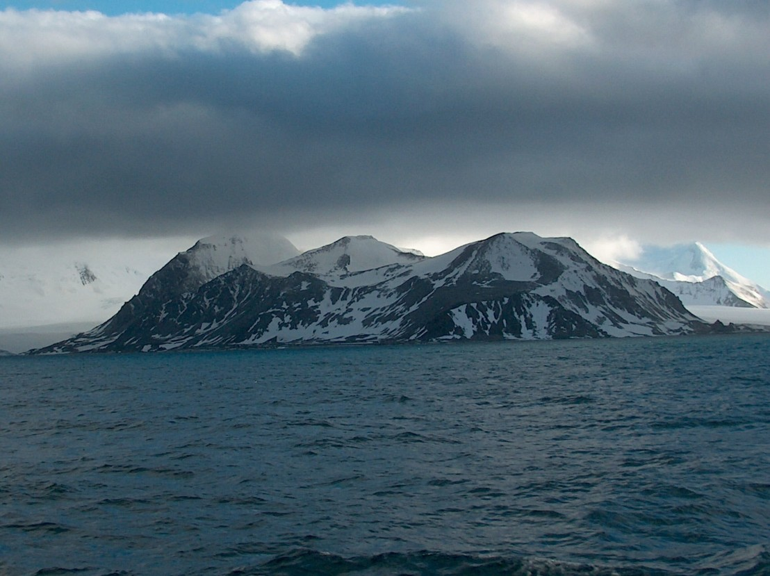 Veleka_Ridge,_Livingston_Island,_Antarctica_(southwest_view)