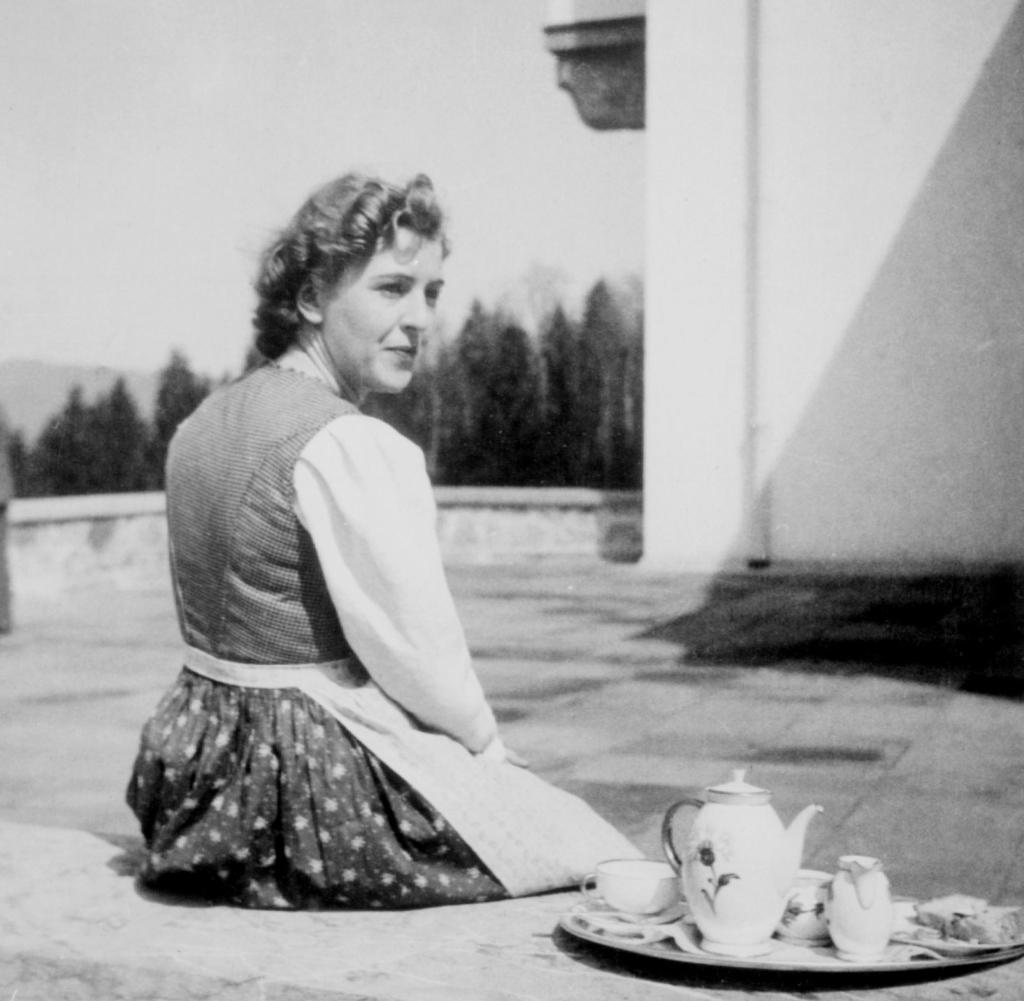 Eva-Braun-beim-Kaffee-Foto