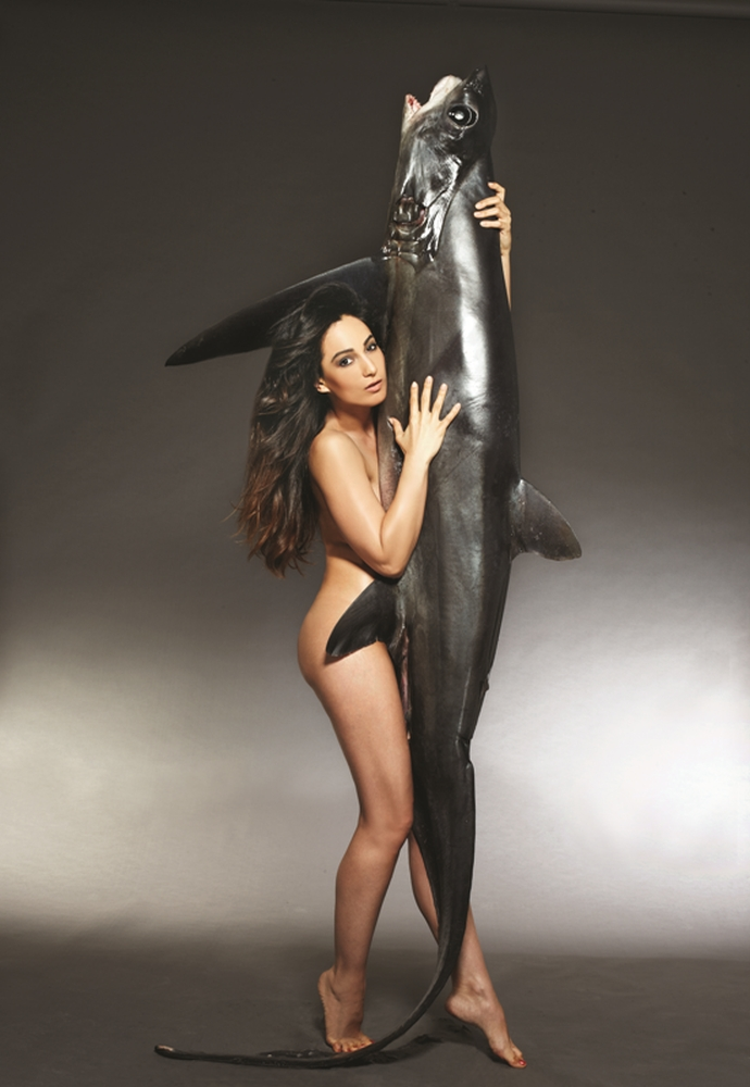ASLI BAYRAM w Thresher Shark_photo JOHN SWANNELL