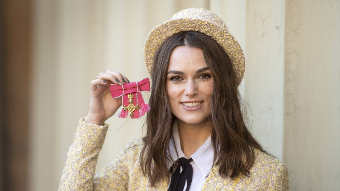 keira-knightley-picks-up-obe-at-buckingham-palace-136431761904402601-181213140200