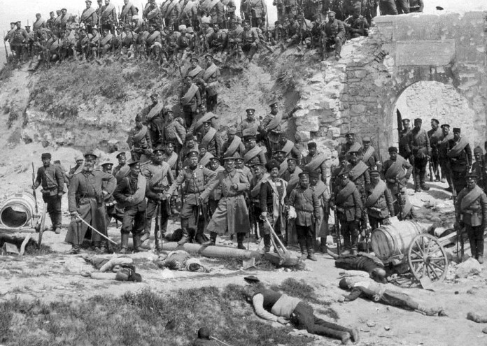 Bulgarian_soldiers_with_dead_Turkish_civilians_(Edirne) (1)