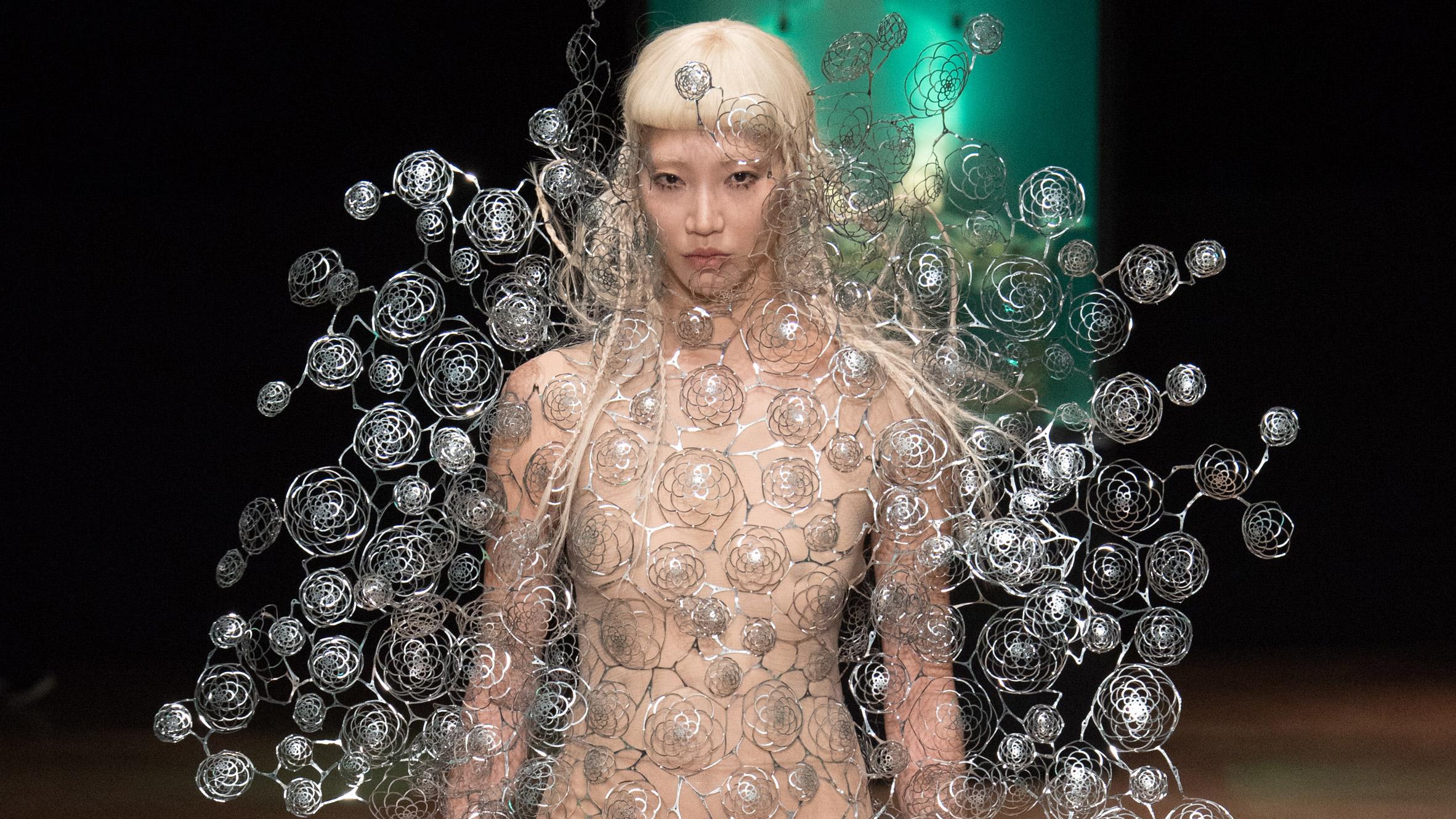 iris-van-herpen-couture-aw17-design-fashion-_dezeen_hero2
