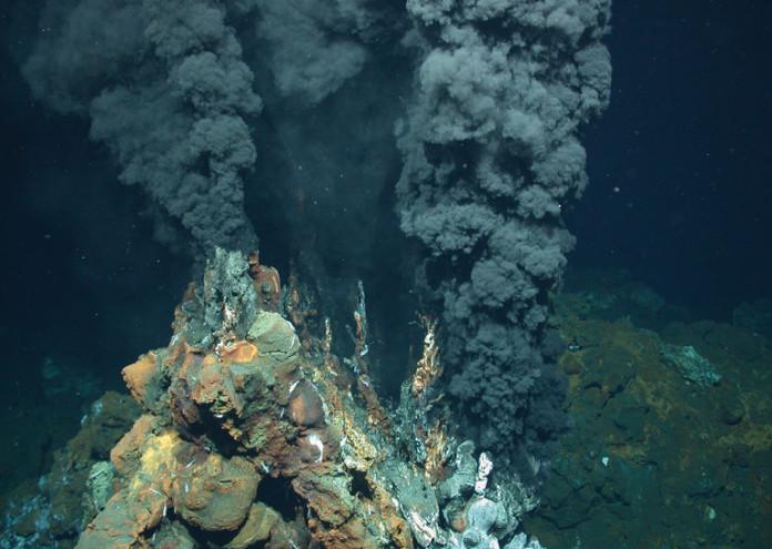 Хидротермален комин през който излиза геотермално затоплена вода. Край такива оазиси на топлина вероятно е оцелял живота през Криогена