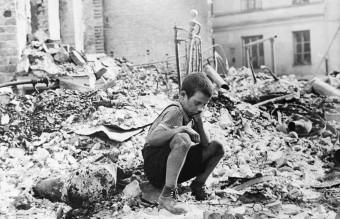 Полско дете сред руините на Варшава, 1939