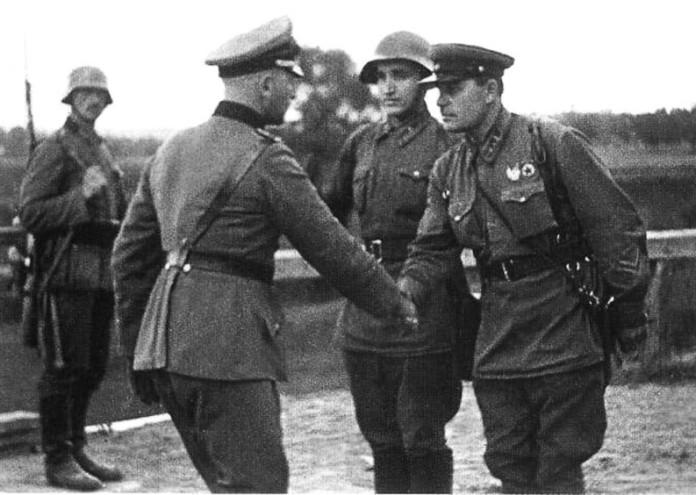 немски и руски войници се здрависват в Полша