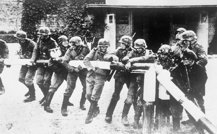 немски войници премахват граничната бариера на полската граница