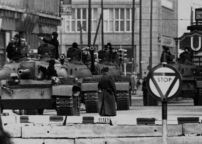 Soviet_tanks_in_Berlin_1961