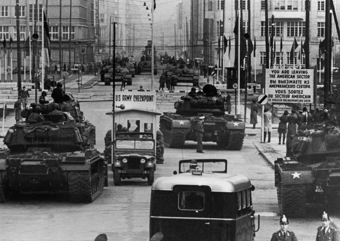 US_Army_tanks_face_off_against_Soviet_tanks,_Berlin_1961