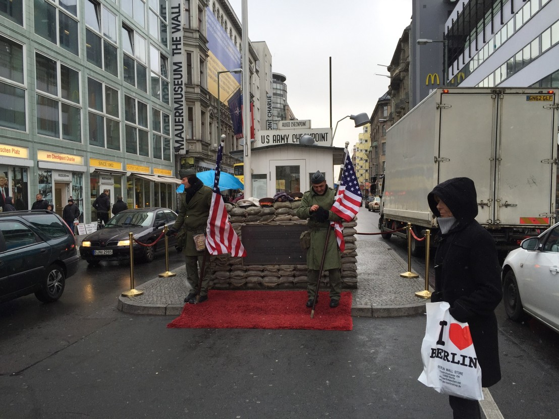 checkpoint-charlie-2676144_1920