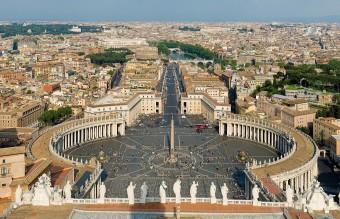 1920px-St_Peter's_Square,_Vatican_City_-_April_2007
