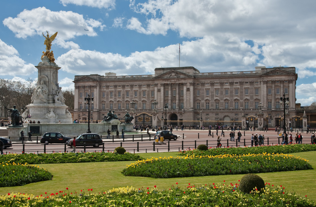 Buckingham_Palace,_London_-_April_2009