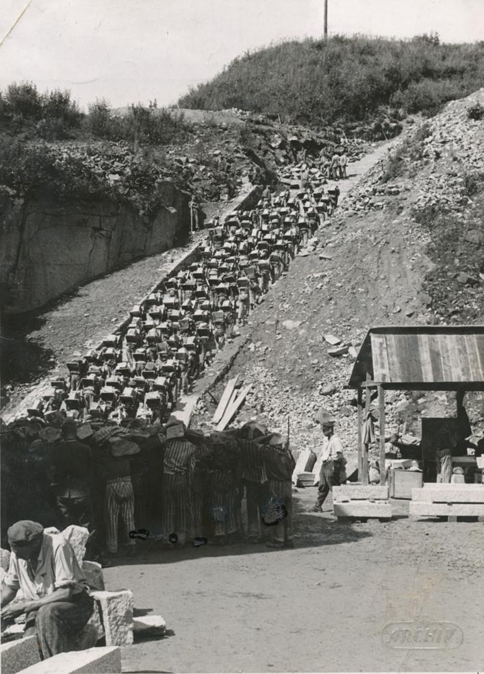 Bundesarchiv_Bild_192-269,_KZ_Mauthausen,_Häftlinge_im_Steinbruch
