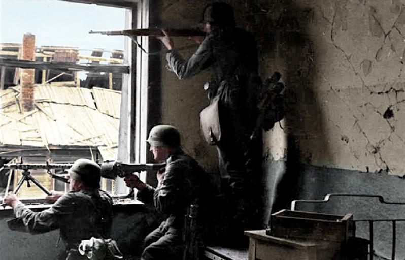 Bundesarchiv_Bild_101I-617-2571-04,_Stalingrad,_Soldaten_beim_Häuserkampf_Recolored