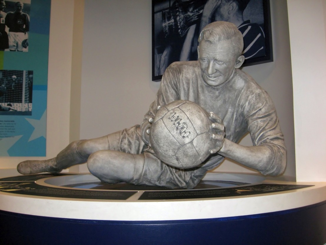 Sculpture_of_Bert_Trautmann