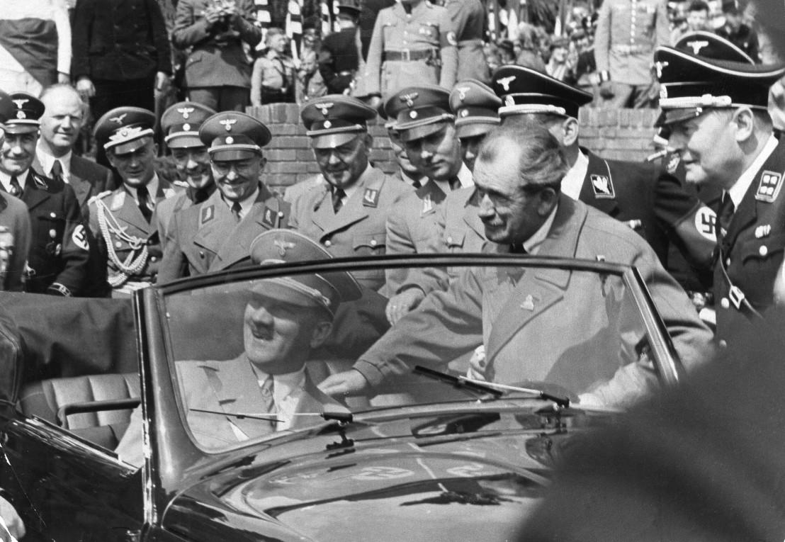 Hitler besichtigt einen Volkswagen, rechts daneben Dr. Ferdinand Porsche
