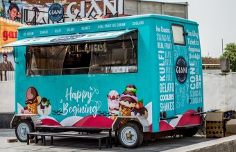 blue-and-pink-food-truck-2518078