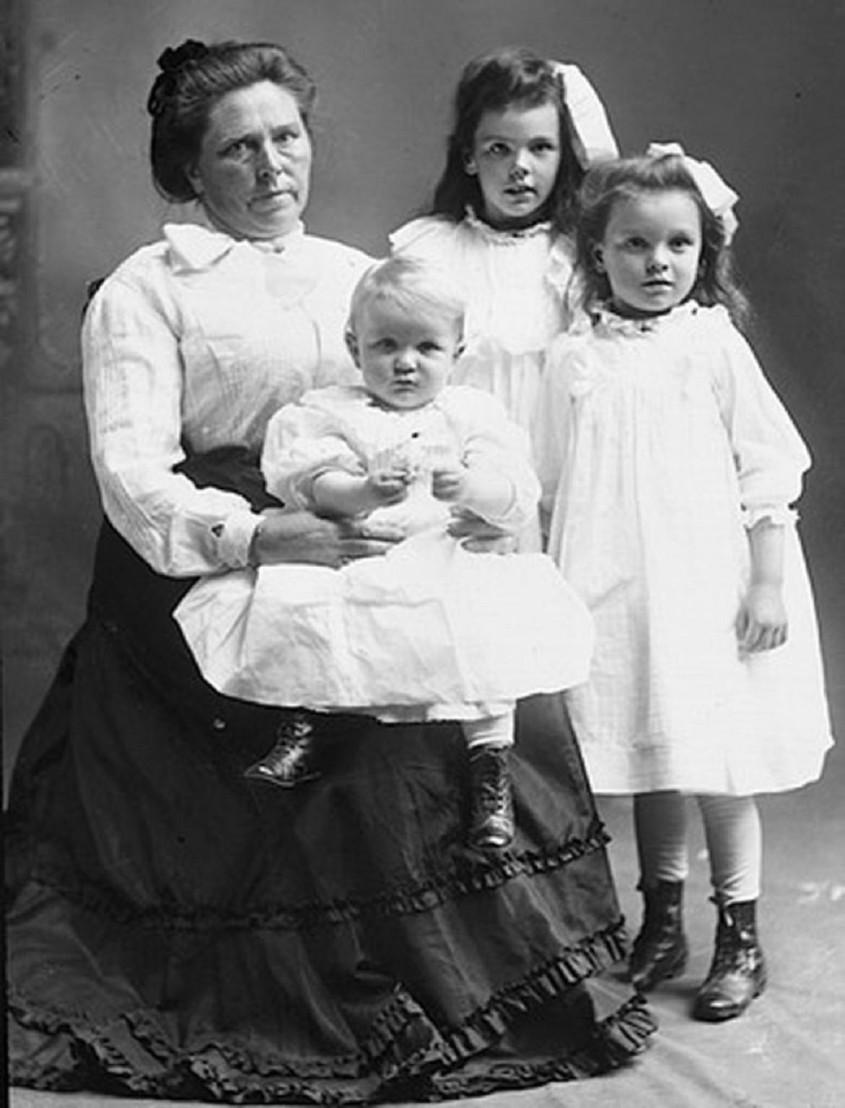 Belle_Sorenson_Gunness_.born_as_Brynhild_Paulsdatter_Storseth._with_her_children_Lucy_and_Myrtle_Sorenson_and_Phillip Gunness._c._1908.__TopPublicEnemies-blogspot-com